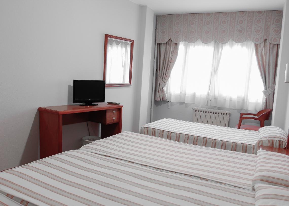 habitación 4 camas con tv